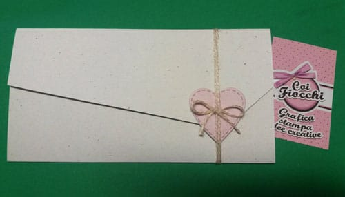 Invito comunione bimba shabby a foglio unico con apertura asimmetrica e cuoricino applicato chiuso da cordoncino.