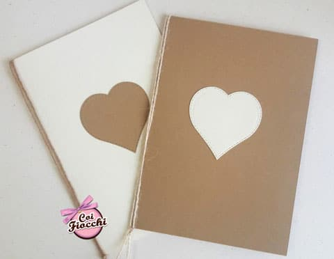 Libretti messa shabby semplici con cuore applicato a contrasto bianco su kraft e kraft su carta bianca rilegati con spago