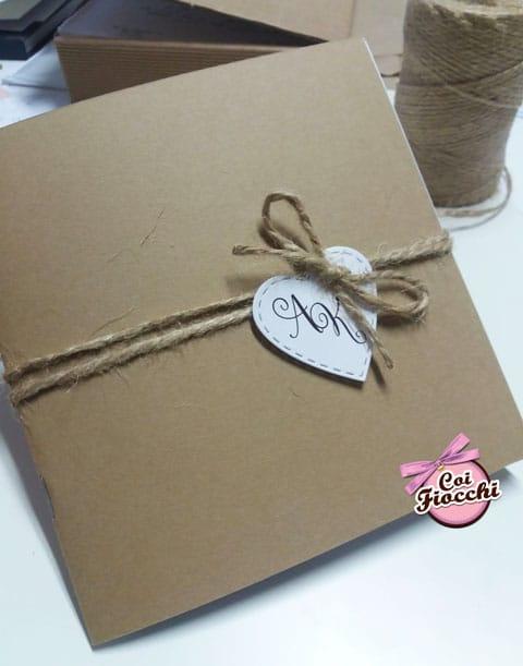 libretto-messa quadrato in carta kraft con un tag a forma di cuore annodato con lo spago di juta per il matrimonio shabby chic
