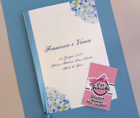 libretto-messa personalizzato con ortensie e nastro di raso azzurro