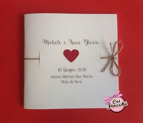 Libretto messa semplice, con il cordoncino di juta e un cuoricino rosso applicato per nozze shabby