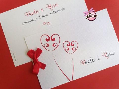 partecipazione-nozze-natalizia semplice con una coppia di cuori e fiocchetto rosso