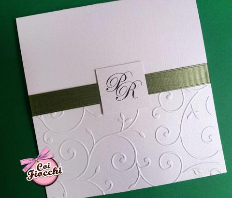 partecipazione-matrimonio-elegante-con-decoro-a-rilievo raso verde e tag con iniziali degli sposi