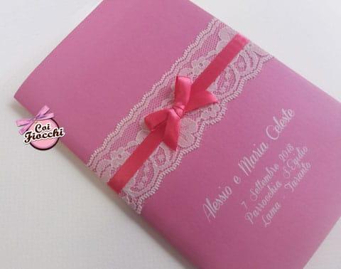 libretto-messa-personalizzato rosa con fascia di pizzo e fiocchetto di raso fucsia