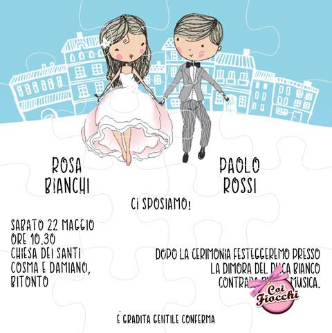 Partecipazione nozze con sposini stilizzati cartoon e casette in sfondo.