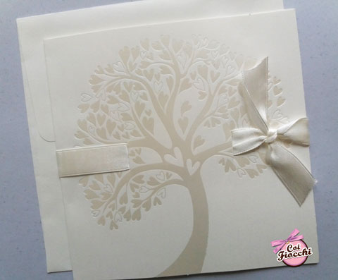Partecipazione di matrimonio a tema albero della vita total white con fiocco di raso bianco.