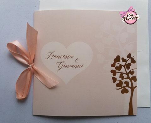 Invito nozze rosa con nastro color pesca e albero della vita.
