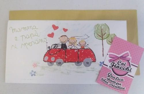 partecipazione-nozze-con-figli-disegni-stilizzati degli sposini e del figlio in automobile