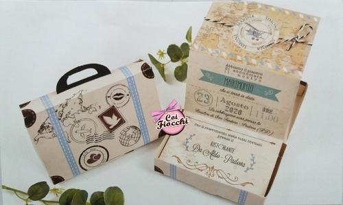 Partecipazione in scatola a forma di valigetta a tema viaggio vintage con timbri postali