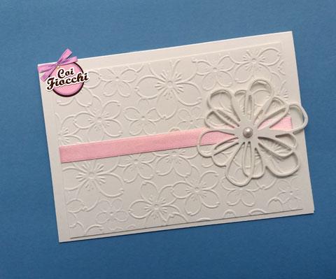 Invito di battesimo per bimba con fiori scolpiti sulla carta e fiore più grande intagliato -coi fiocchi