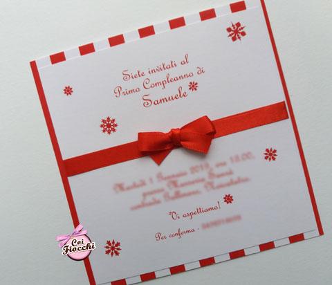 invito-battesimo-natalizio-con cartoncino doppio con base a righe rosse e bianche, cristalli di neve e raso rosso. coi fiocchi