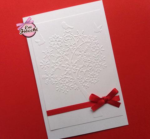 Invito per il battesimo a tema natalizio con albero e cristalli di neve a rilievo e fiocco di raso rosso -coi fiocchi