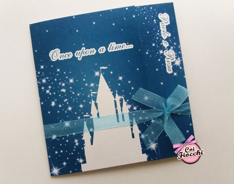 partecipazione di matrimonio ispirata al cinema con castello dei film disney su sfondo blu notte stellata - coi fiocchi -