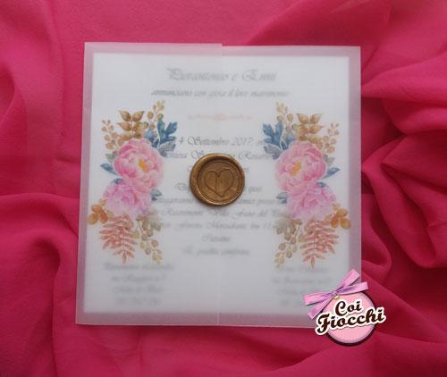 Partecipazione nozze in arta trasparente e ceralacca color oro con fiori rosa.