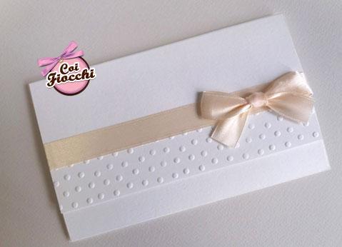 Invito battesimo elegante a foglio unico con borso embossato e fiocco di raso color persco