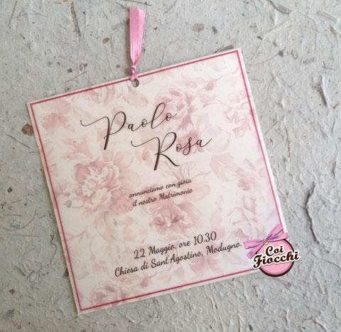 partecipazione-nozze-romantica-color rosa e sfondo floreale - coi fiocchi