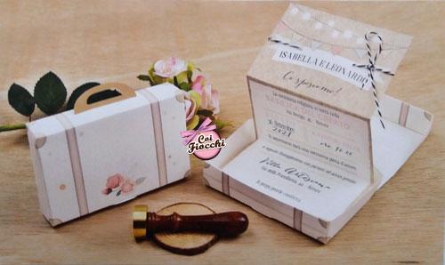 Partecipazione nozze in scatola a forma di valigetta con fiori vintage.