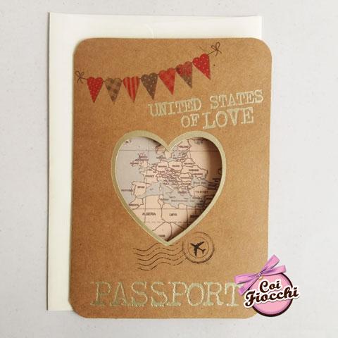 partecipazione-nozze a tema viaggio in formato passaporto con finestra a cuore che lascia intravedere il mappamondo