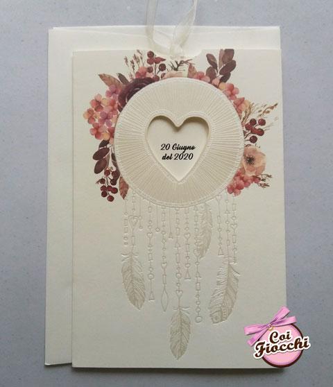 Partecipazione nozze con accchiappasogni e decoro floreale in stile boho chic.