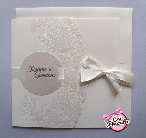 Partecipazione di nozze total white con piume boho chic e fiocco bianco