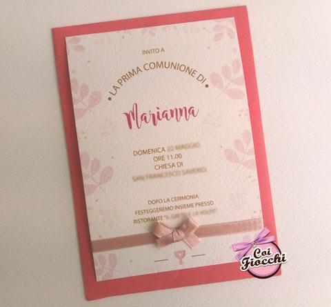 Inviti comunione per bambina con nastrino, decorazioni e busta rosa