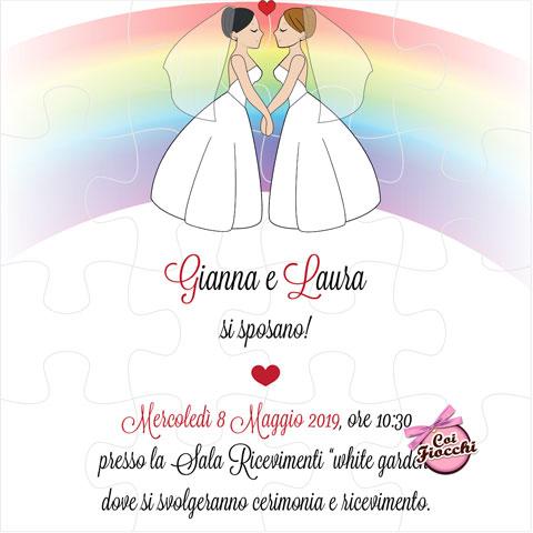 Invito puzzle per l'unione civile con disegno simpatico di una coppia di sposine e arcobaleno.