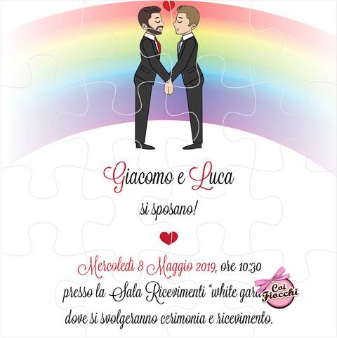 Invito puzzle per l'unione civile con disegno simpatico di una coppia gay e arcobaleno.