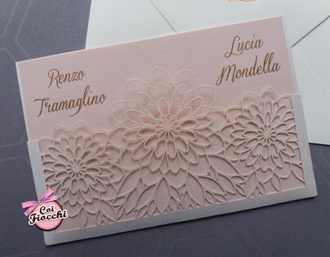 partecipazione di matrimonio con fiori intagliati a laser e sfondo rosa