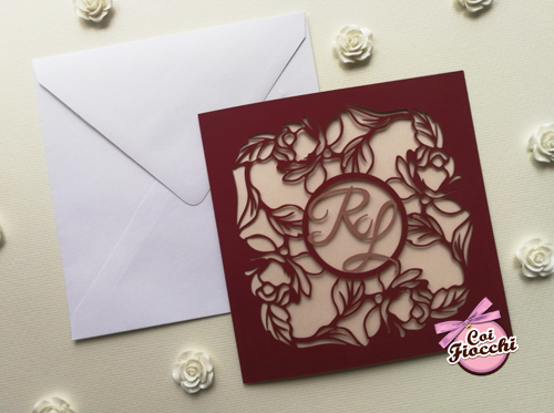 partecipazione nozze intaglio laser di rose su carta bordeaux