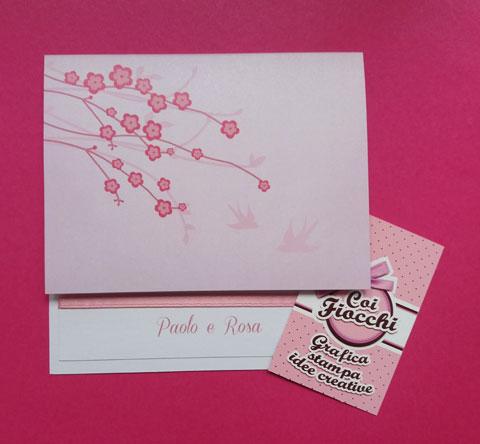 Partecipazione nozze in carta perlata rosa con rami di ciliegio.