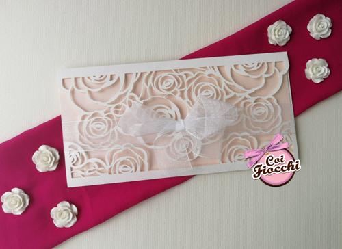 Partecipazione elegante laser cut con rose intagliate e fiocco.