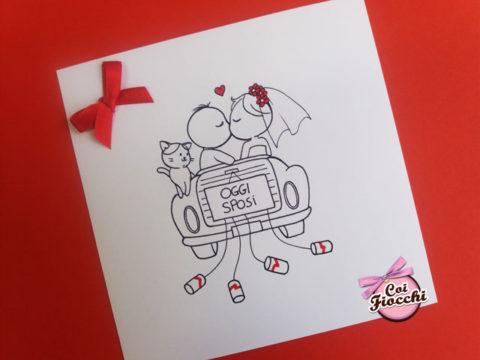partecipazione di nozze con disegno fumetto di sposini in automobile e gatto