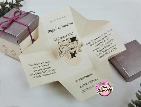 partecipazione di matrimonio in scatola con sposini pop up stilizzati all'interno