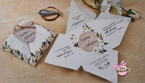 partecipazione di nozze in scatola a forma di piramide con fiori boho chic