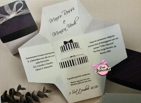 Partecipazione nozze a forma di scatola con invito e torta nuziale stampati all'interno