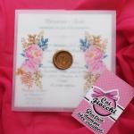 Partecipazione di matrimonio in carta trasparente con fiori e ceralacca dorata