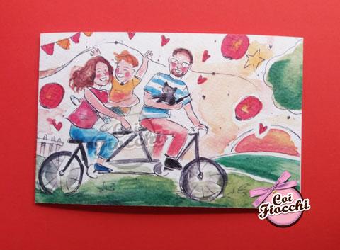 Partecipazione con illustrazione nozze ad acquerello della famiglia in bicicletta:sposi, figlioletto e gattino.