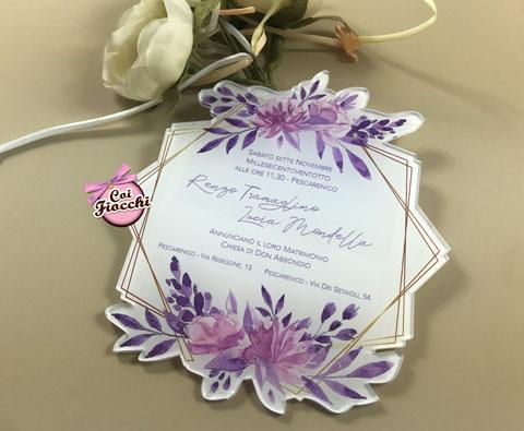 Partecipazione nozze in plexiglass colorata, con stampa a fiori.