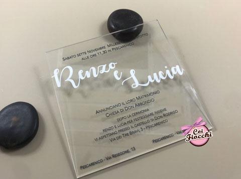 Partecipazione nozze in plexiglass trasparente a forma quadrata.