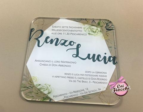 Partecipazione in plexiglass stampato con fiori in formato quadrato con angoli tondi.