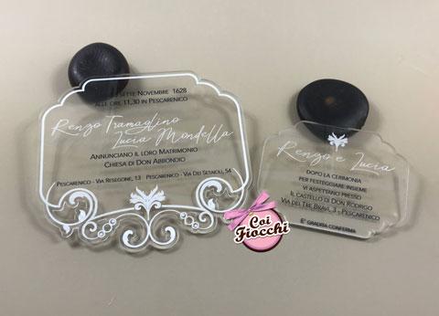 partecipazione di matrimonio in plexiglass elegante trasparente con ghirigori
