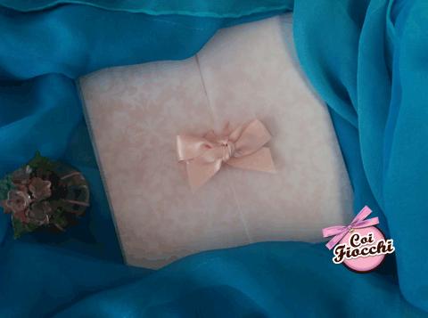 Partecipazione nozze con decoro classico damascato su carta perlata e ricoperto con carta trasparente con fiocco rosa pesco