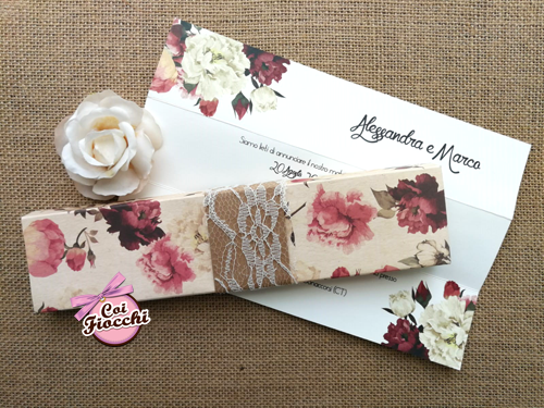 Partecipazione matrimonio in scatola in stile shabby con stampa vintage a fiori e pizzo.