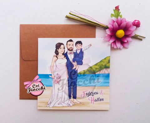 partecipazione matrimonio con caricatura manga sposi e figlioletto scalzi in spiaggia