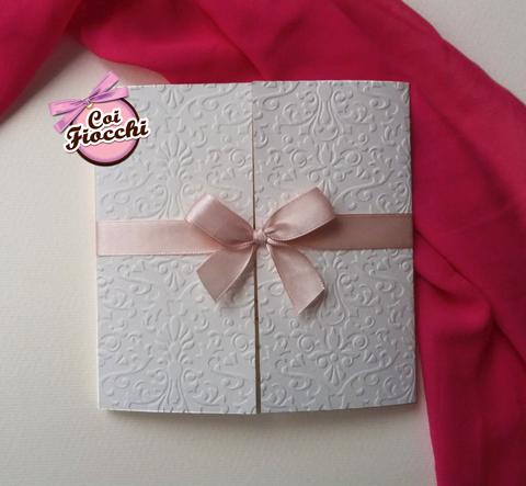 partecipazione matrimonio elegante con ghirigori a rilievo e fiocco rosa antico