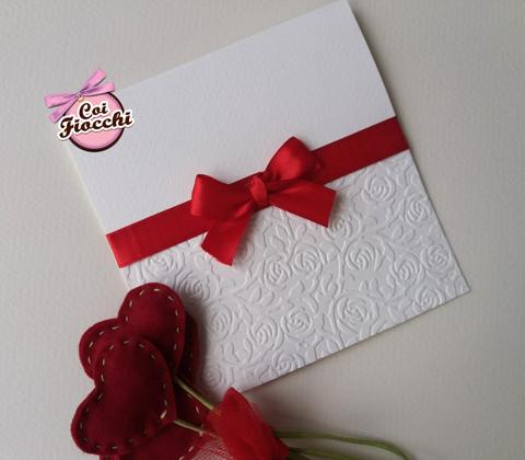 partecipazione nozze elegante con rose a rilievo e fiocco