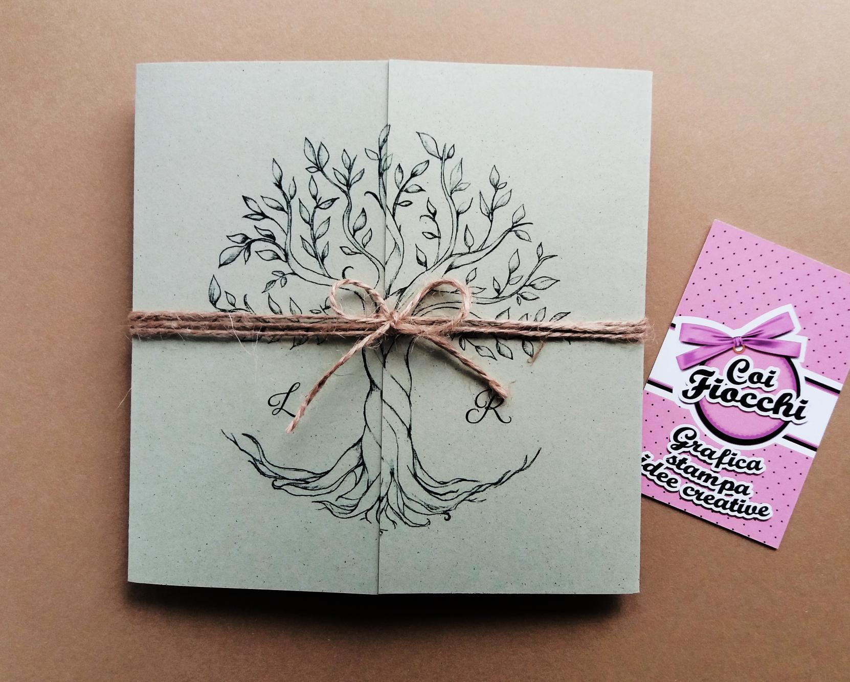 Partecipazione nozze ecologica in carta riciclata ad ante con albero disegnato