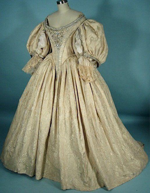 """abiti da sposa del seicento:Costume tratto dal film """"La maschera di ferro"""" del 1998, riproduce un tipico abito di corte del 1670."""