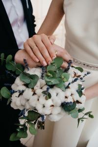 tradizioni-nozze-qualcosa di blu-bouquet con cotone e fiorellini blu