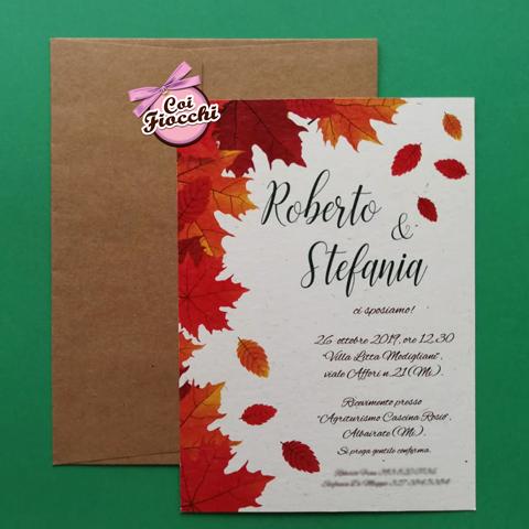 Partecipazione in carta riciclata con foglie d'Autunno.